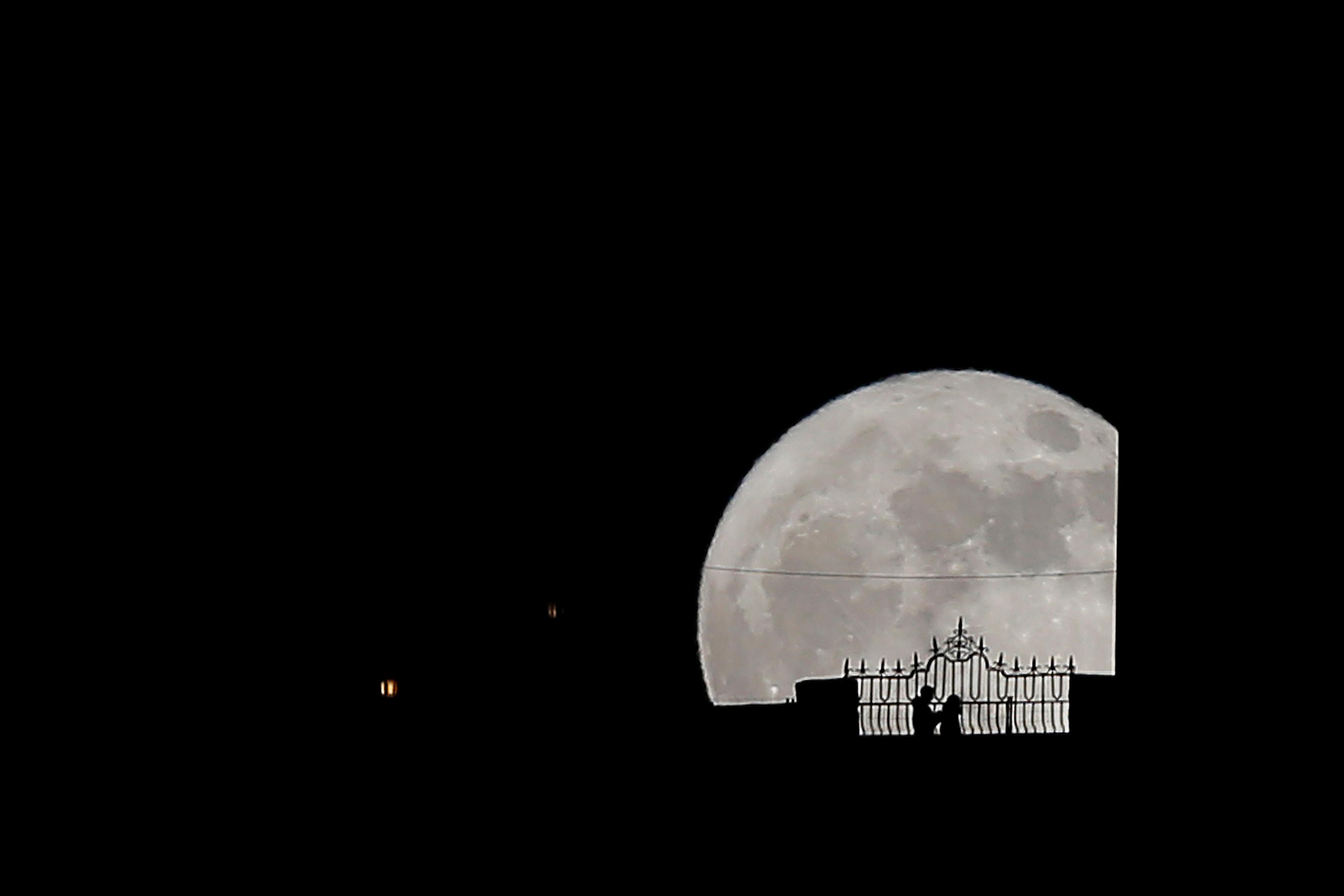 القمر يزين سماء إسبانيا