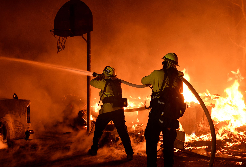محالولة السيطرة على النيران