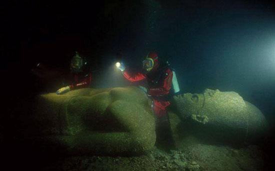 انتشال أحد التماثيل الفرعونية