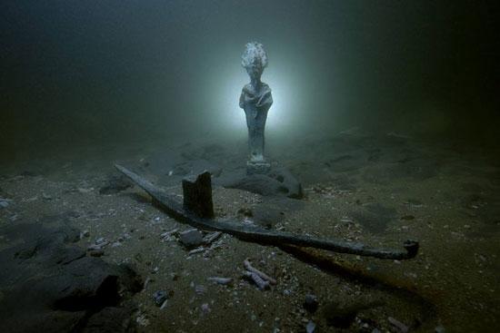 احد التماثيل الغارقة