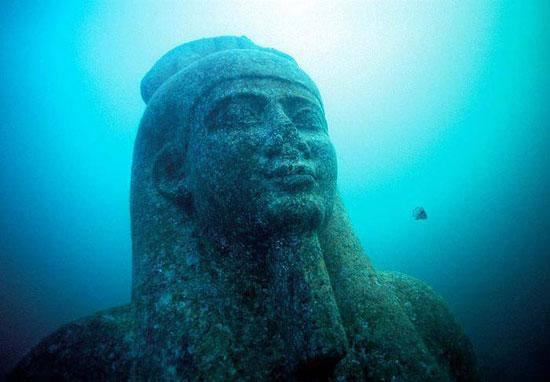 تمثال غارق فى الميناء الشرقى