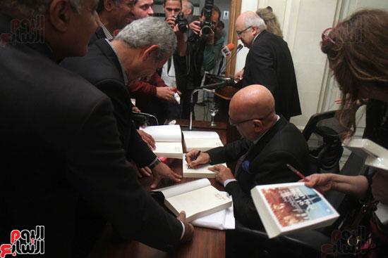 صور حفل توقيع كتاب لمحمد سلماوى (15)
