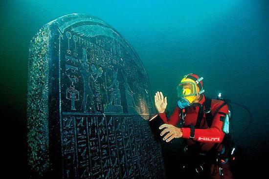 احد القطع الفرعونية تم انتشالها