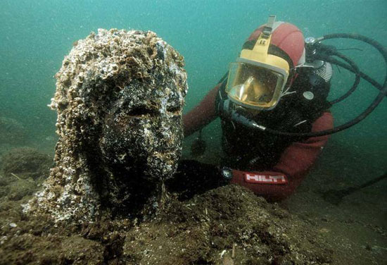انتشال رأس تمثال غارق