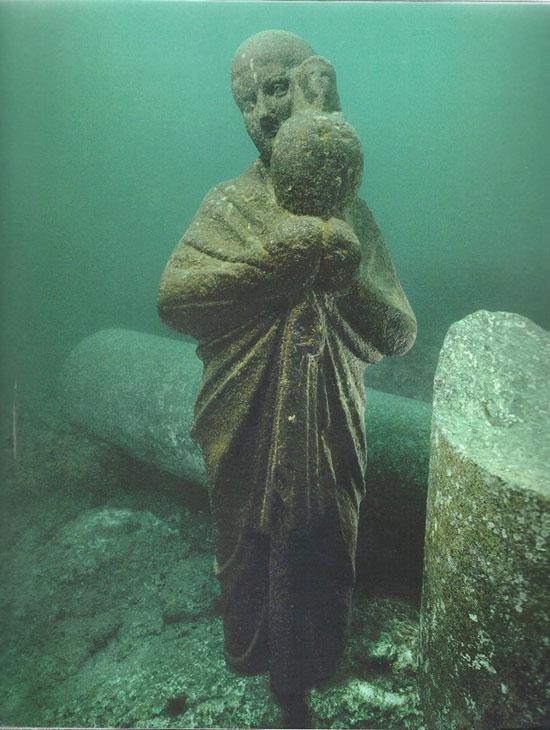 تمثال أثرى تحت الماء بالميناء الشرقى