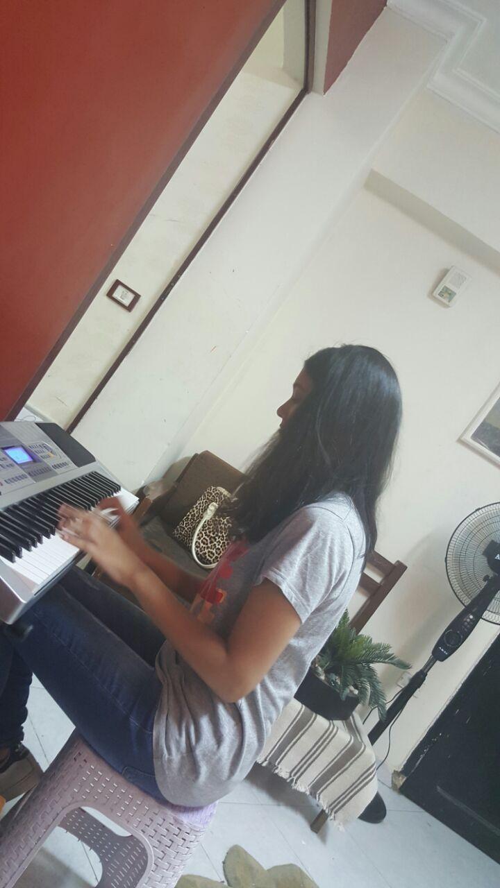 فرح تلعب البيانو