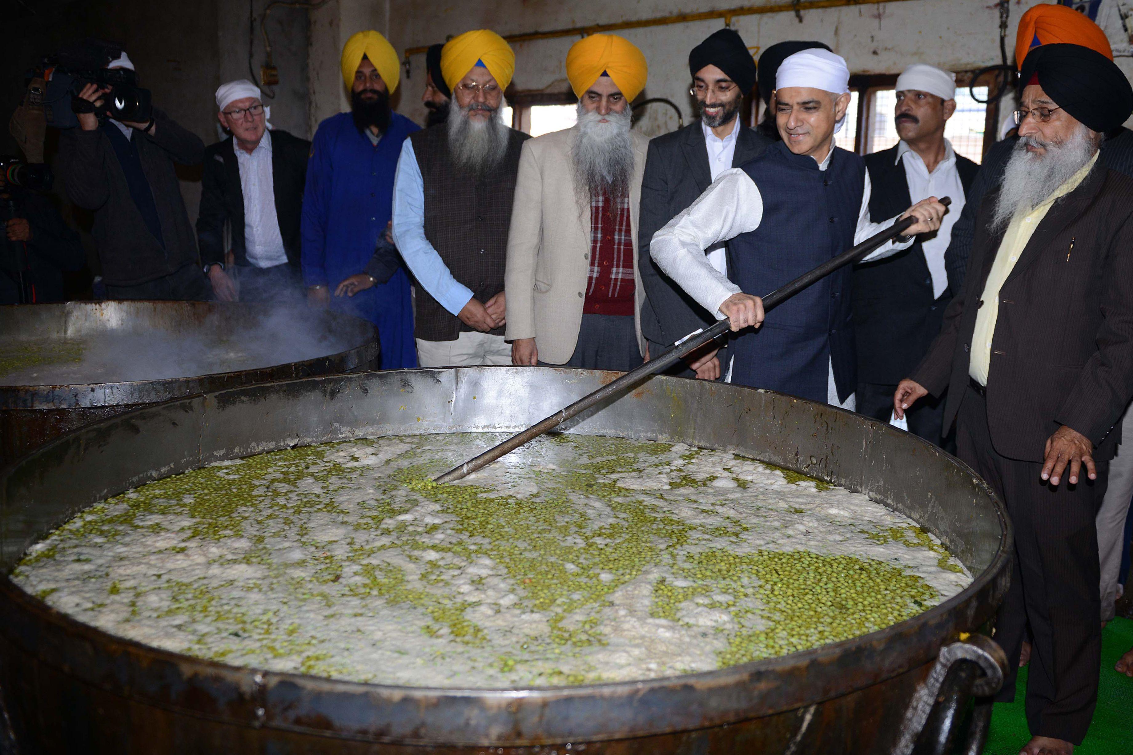 صادق خان يشارك فى أعمال الطهى داخل المعبد الذهبى فى الهند
