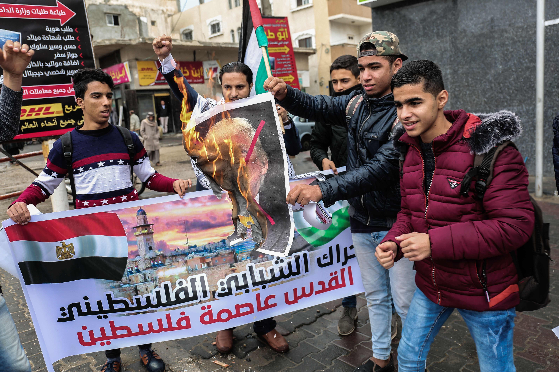متظاهرون يحرقون صور الرئيس الأمريكى دونالد ترامب احتجاجا على مشروع تهويد القدس