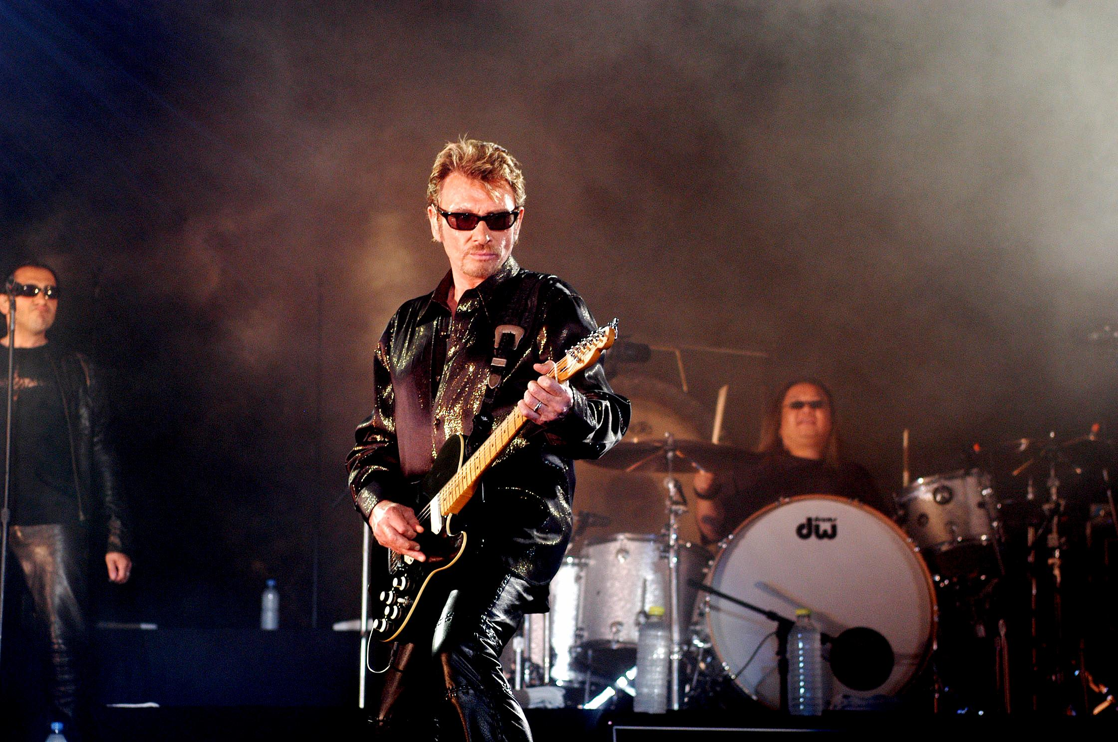 المغني جوني هاليداي  يعزف علي الجيتار