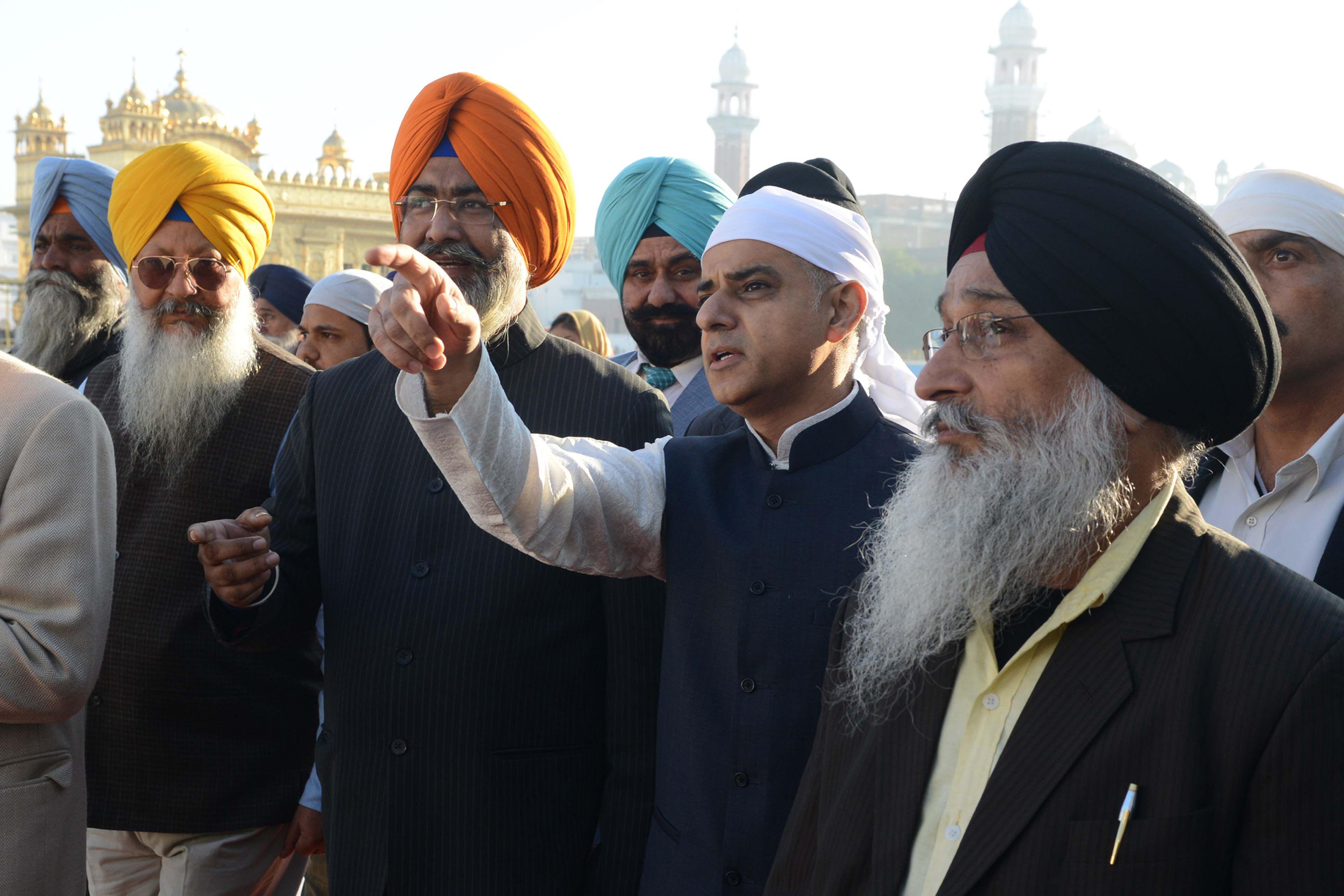 صادق خان مع اتباع الديانة السيخية فى الهند