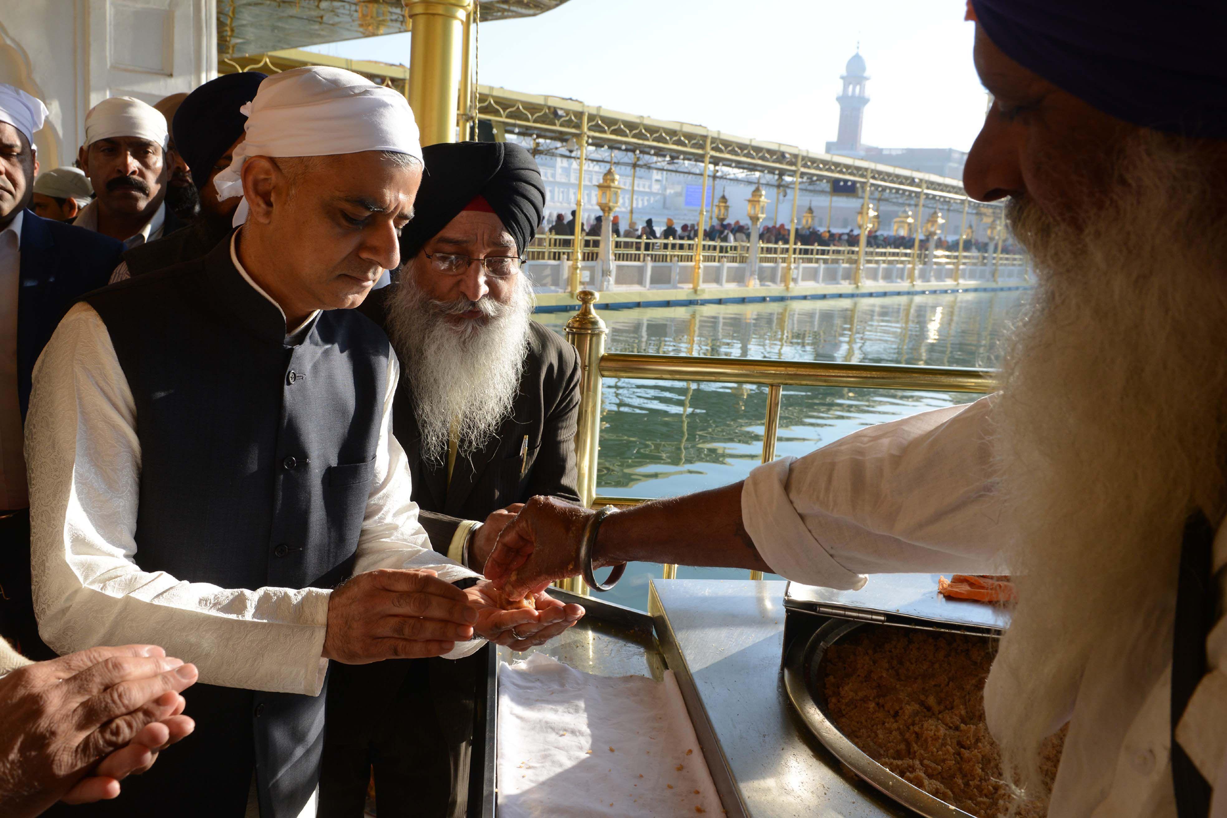 صادق خان عمدة لندن يأخذ الأكل فى المعبد الذهبى