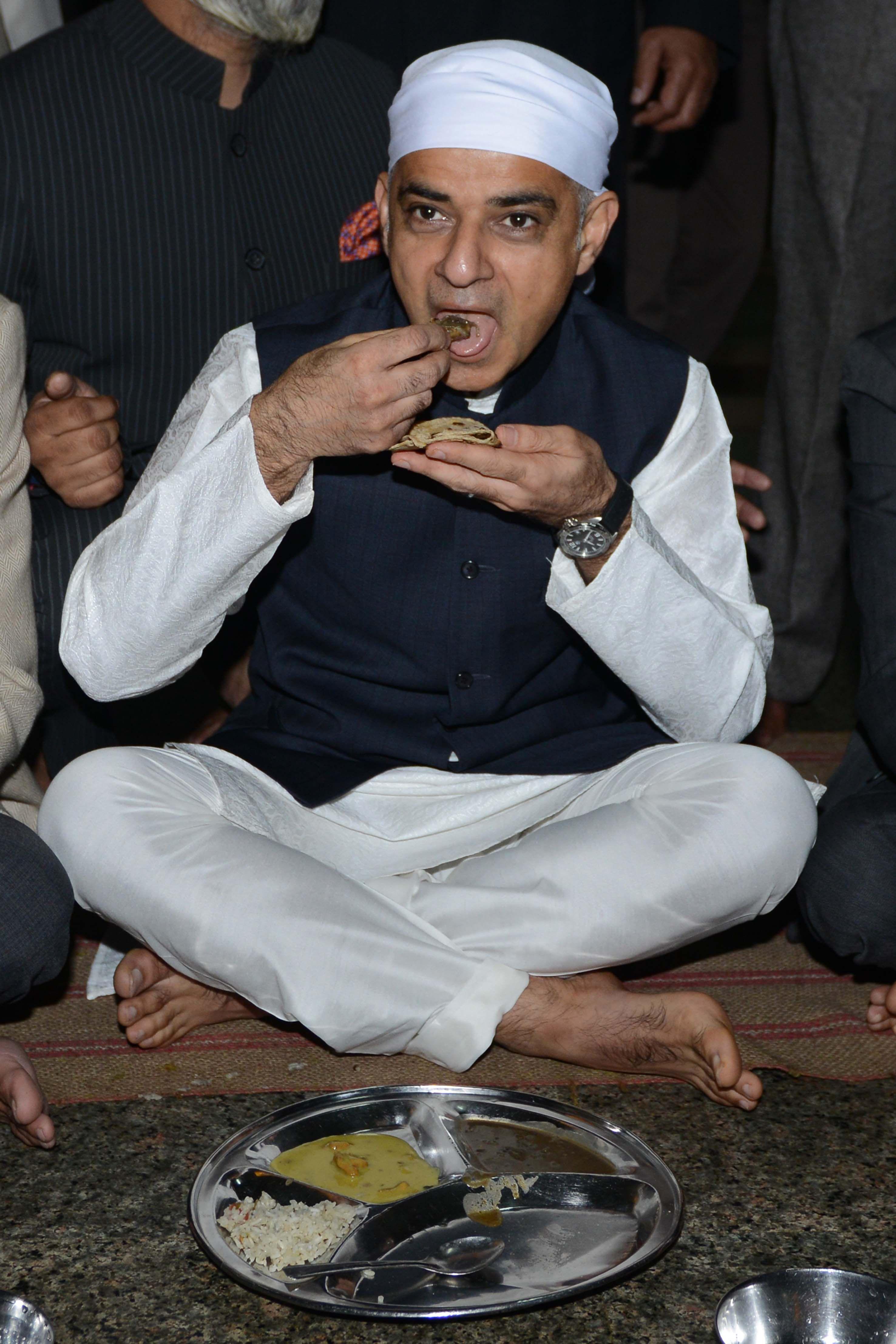صادق خان يأكل مع أصحاب الديانة السيخية فى المعبد الذهبى