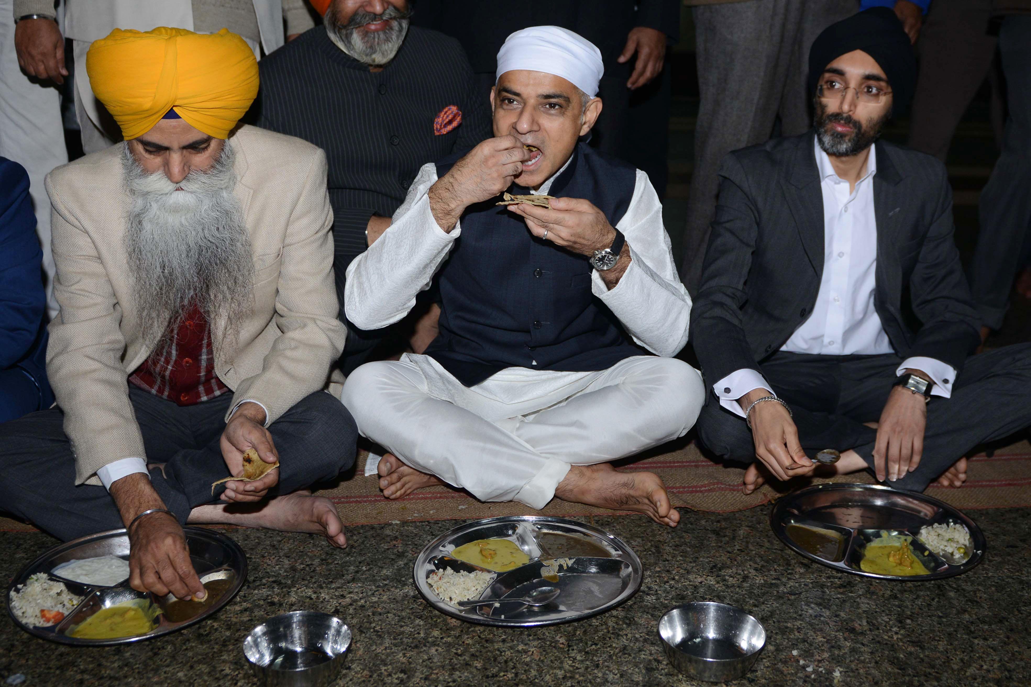 عمدة لندن صادق خان خلال زيارته لمعبد المعبد الذهبى