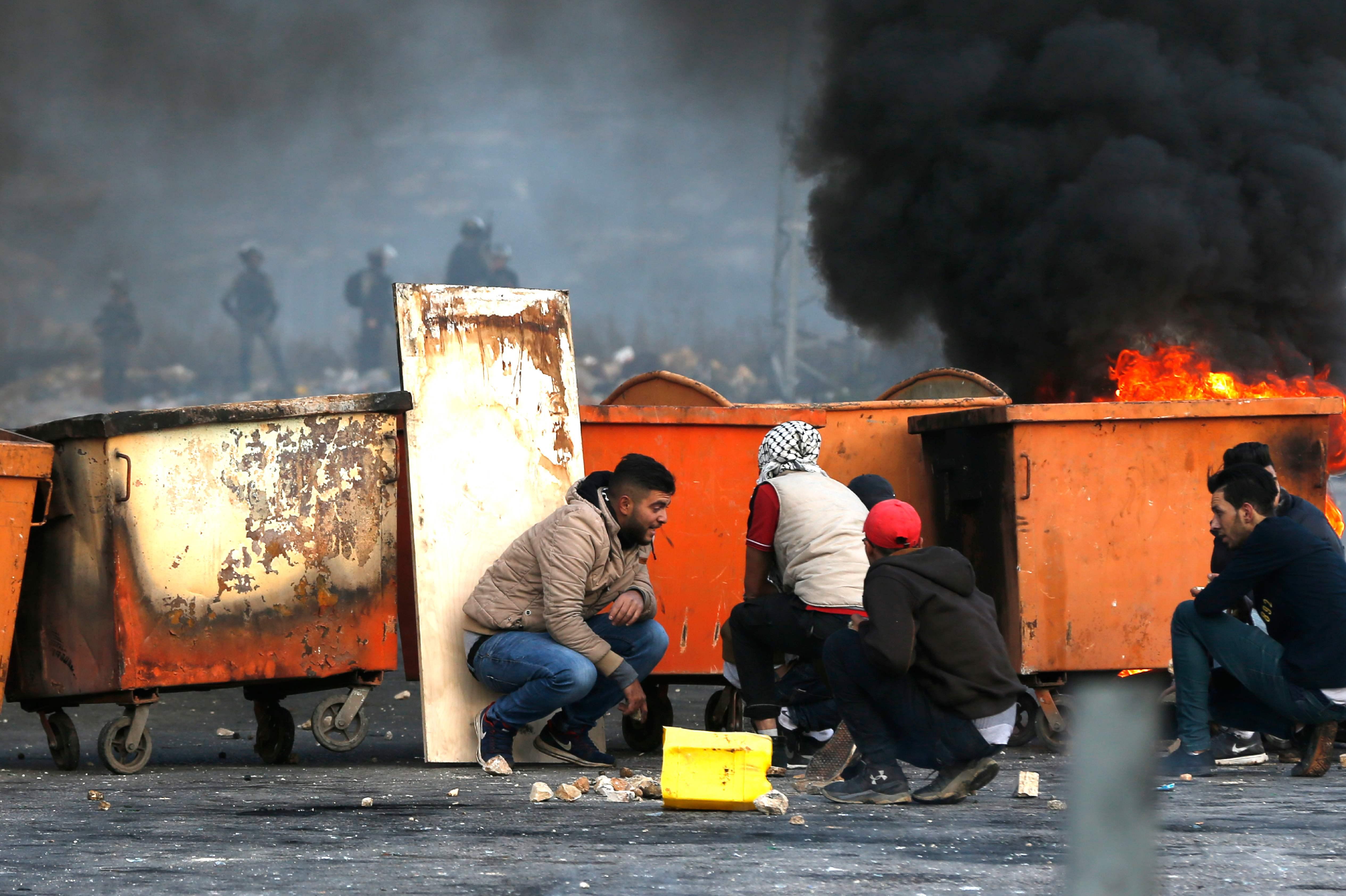 الاختباء من رصاص الاحتلال