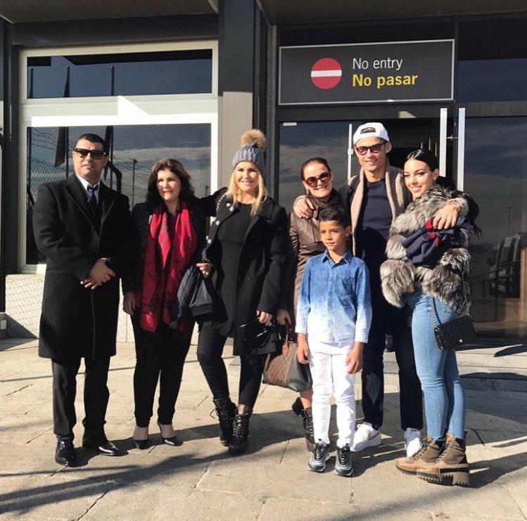 رونالدو وعائلته قبل السفر لفرنسا