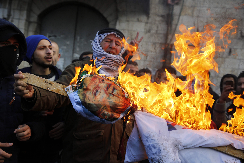االفلسطينيون يشعلون دمية عليها صورة ترامب