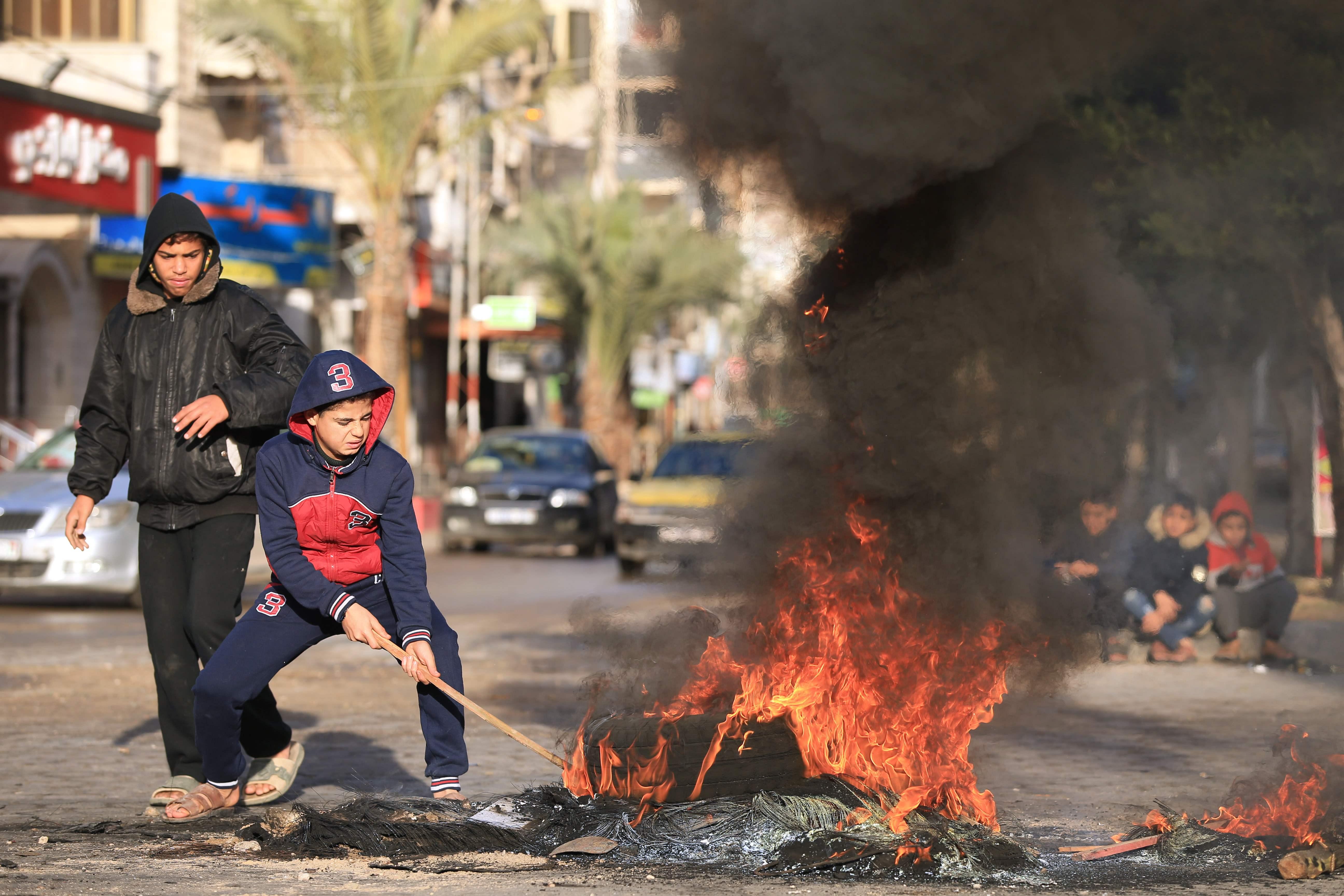 اشعال النار فى شوارع غزة احتجاجا على قرار ترامب