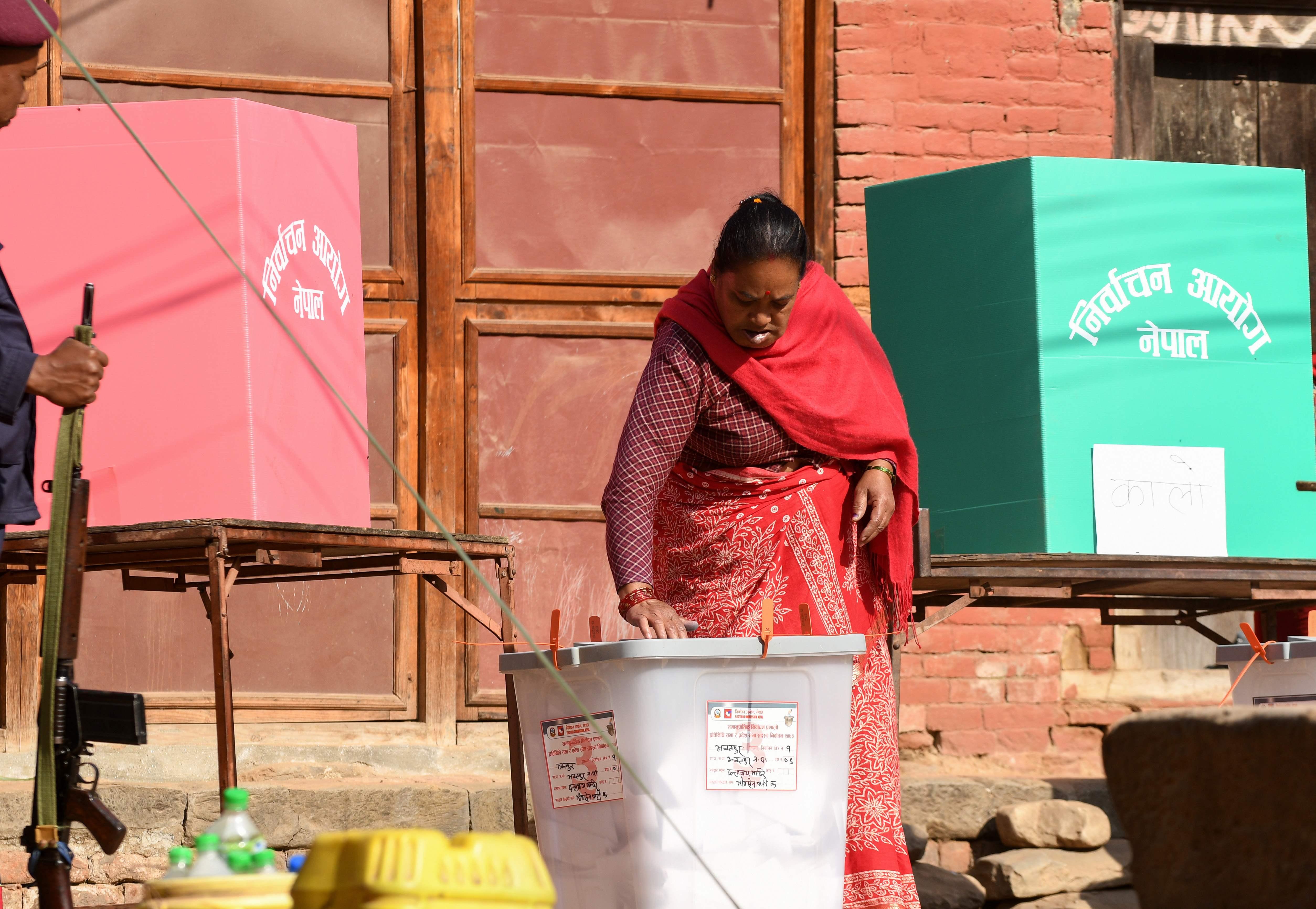 سيدة تشارك فى الانتخابات بنيبال