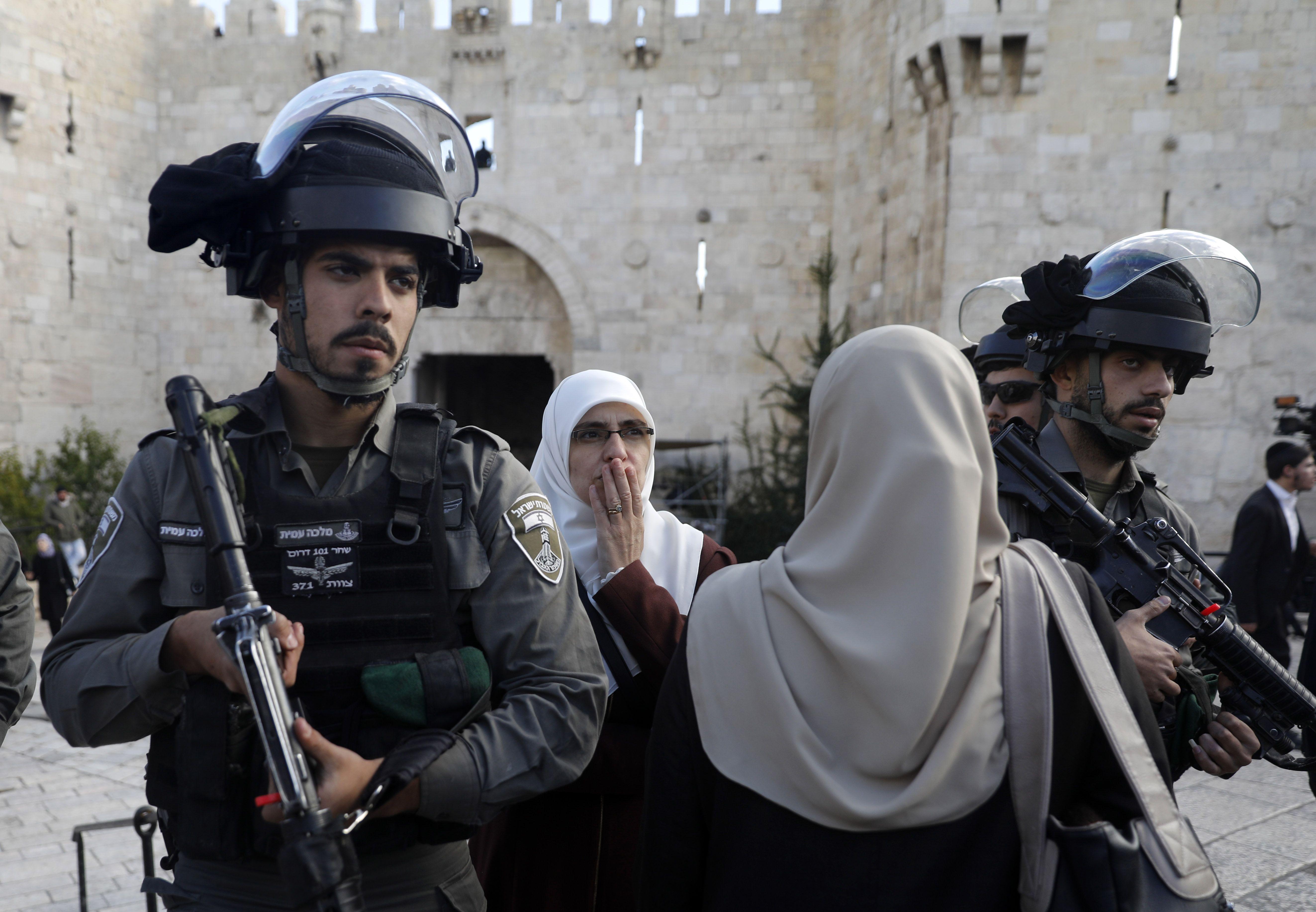 انتشار لجنود الاحتلال والقلق على وجوههم رغم ما يمسكونه من سلاح