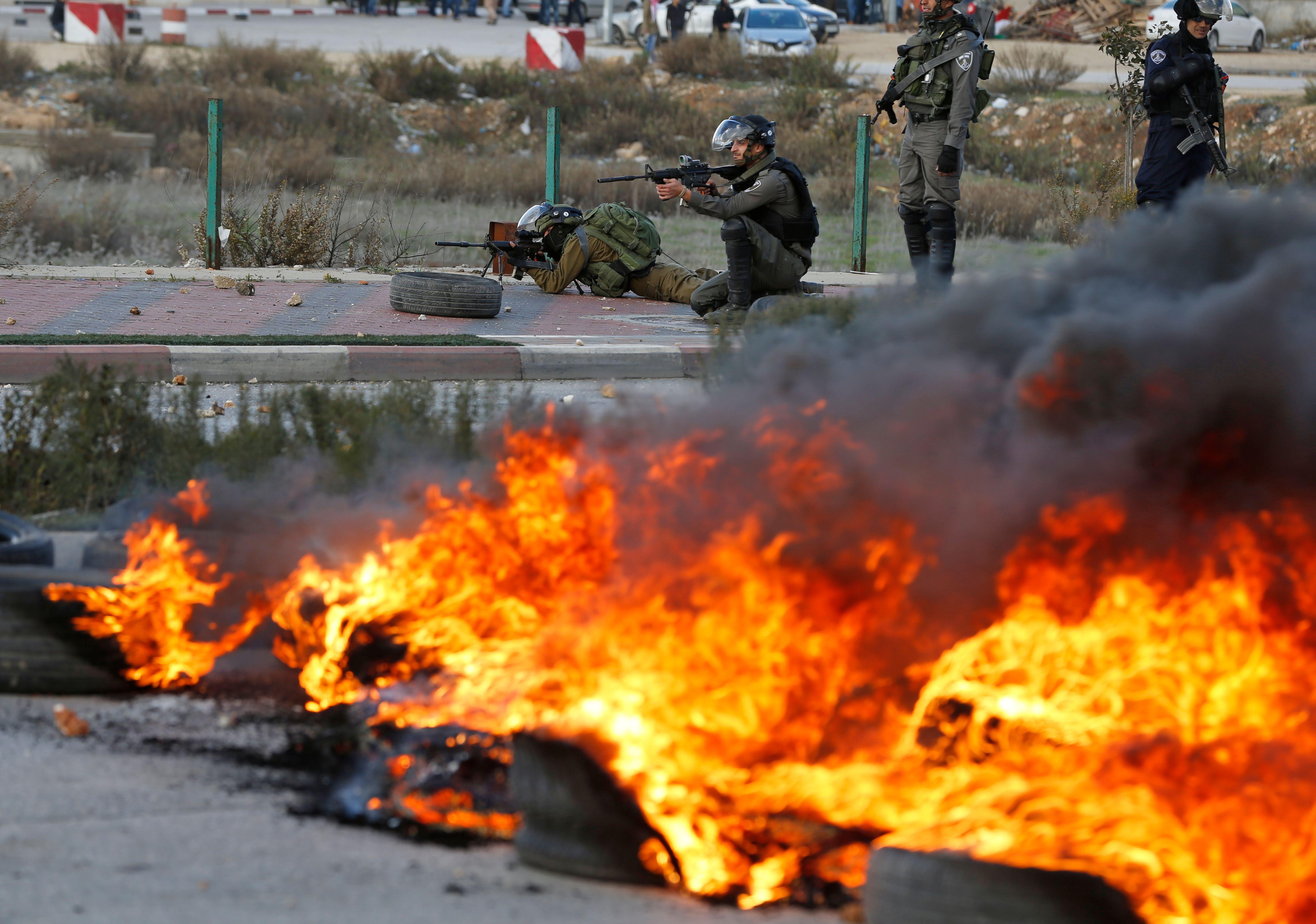 اشعال الاطارات وجنود الاحتلال يطلقون الرصاص الحى على الفلسطينيين
