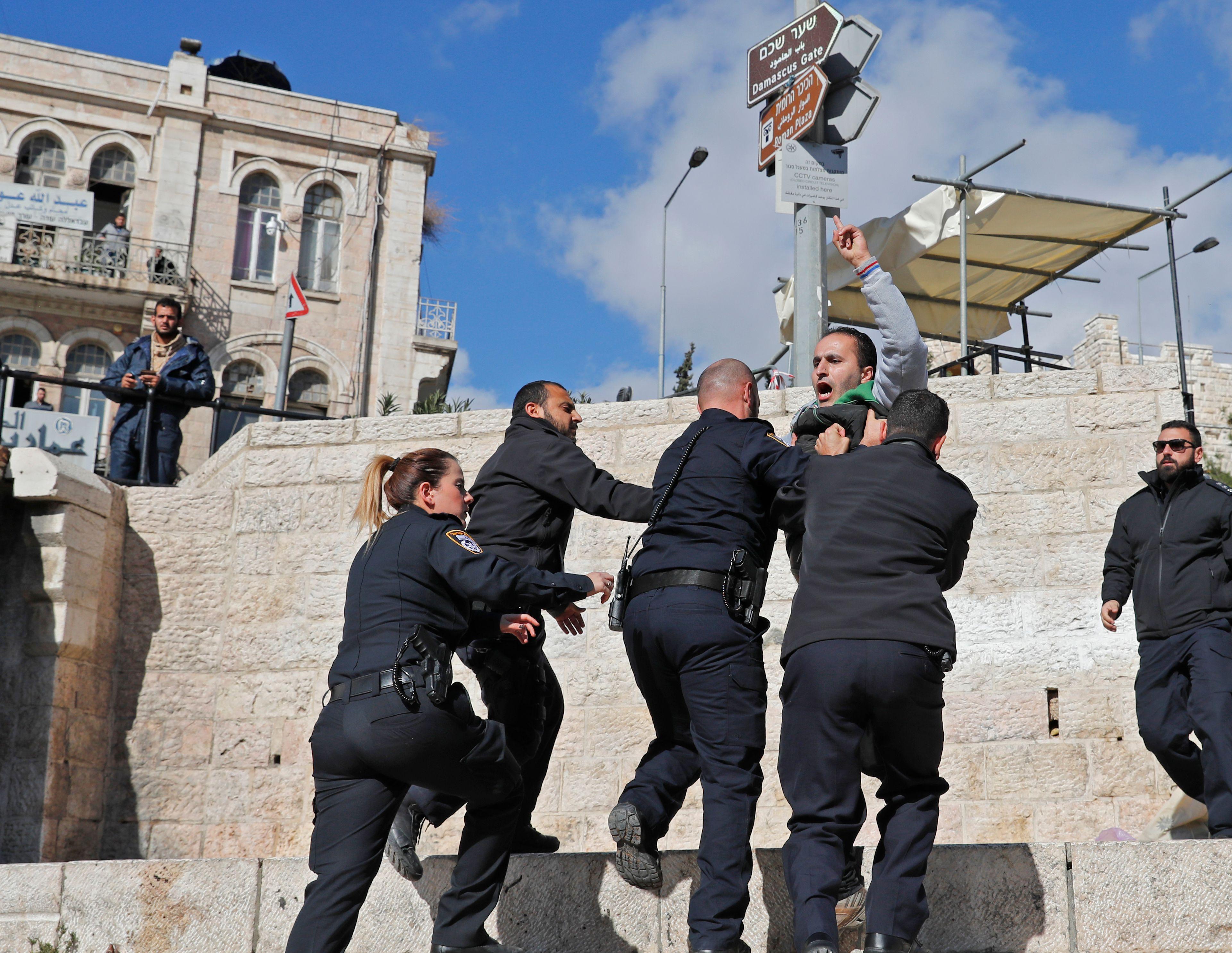 اشتباكات بالايدى بين جنود الاحتلال وأحد الشبان الفلسطينيين