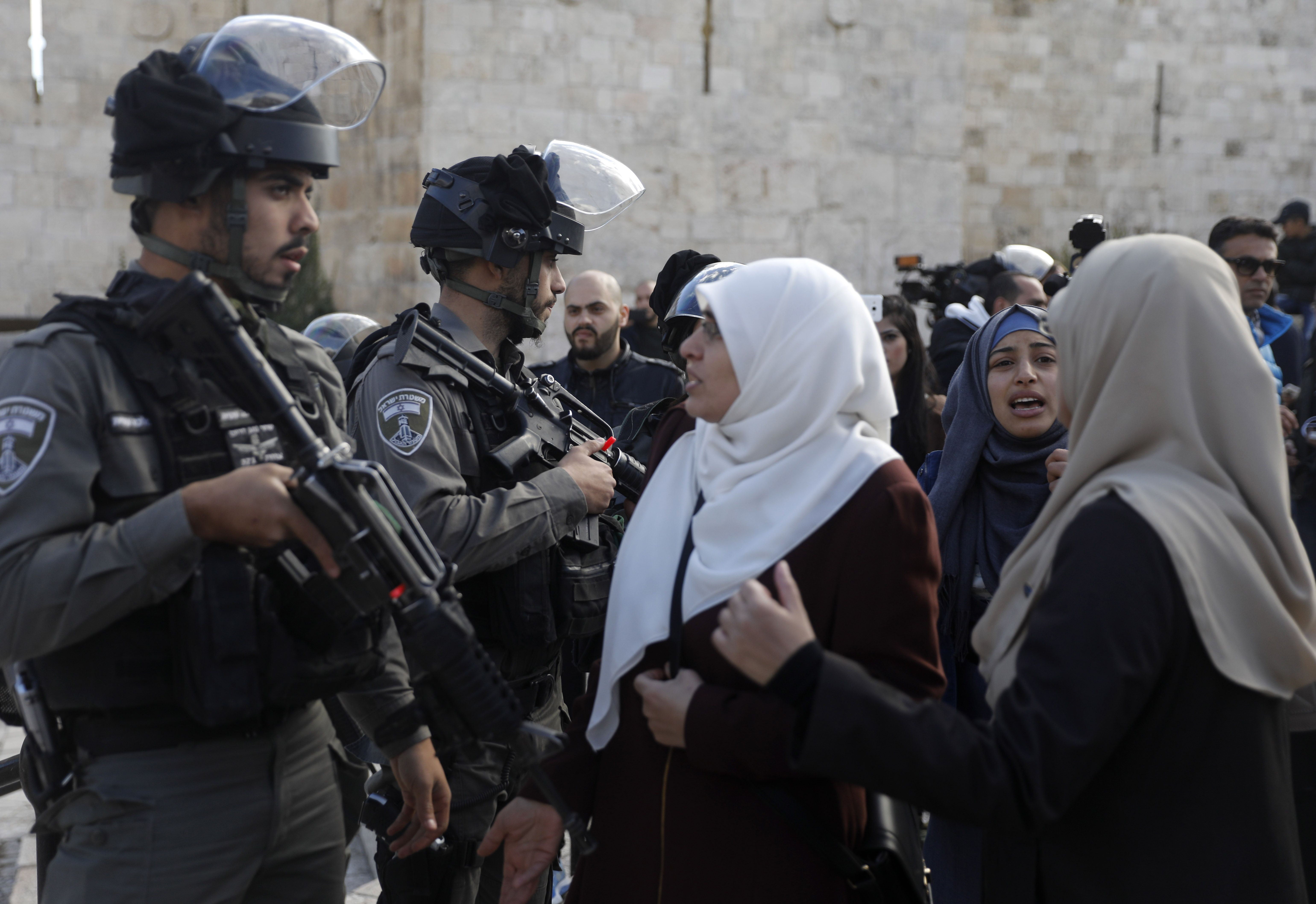 سيدات فلسطين يواجهون جنود الاحتلال