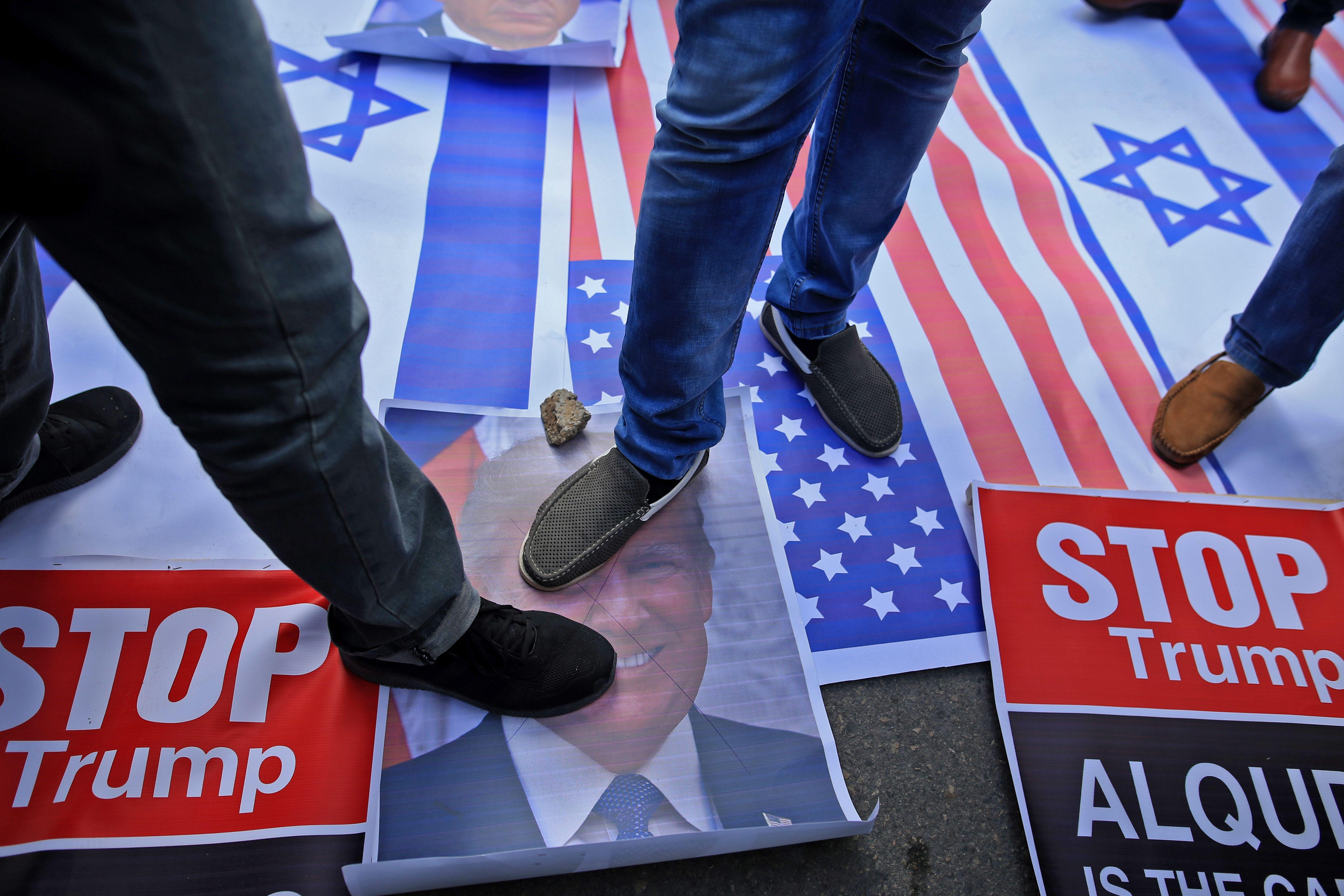 صور ترامب تحت الأحذية