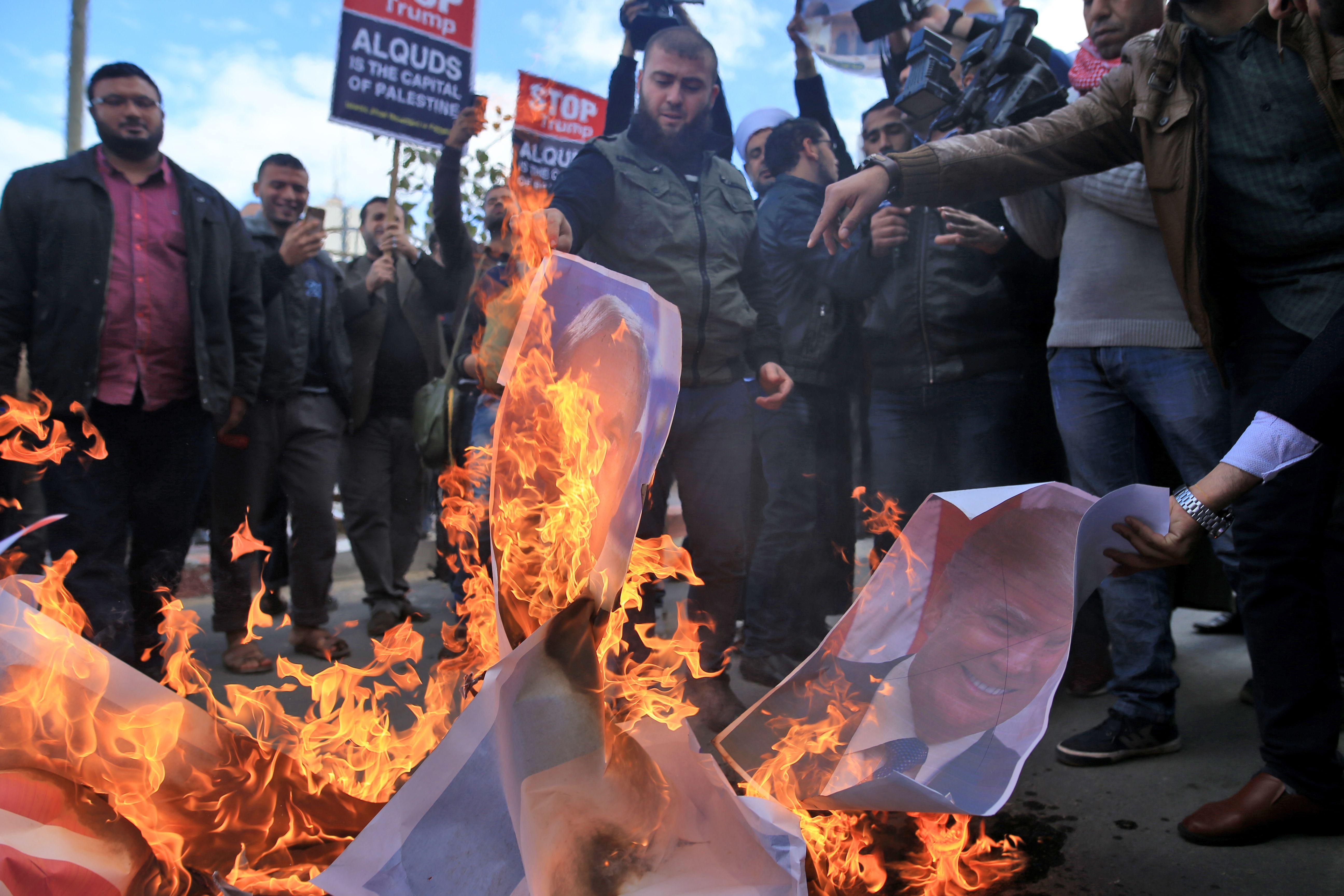 الفلسطينيون يشعلون النار فى صور ترامب