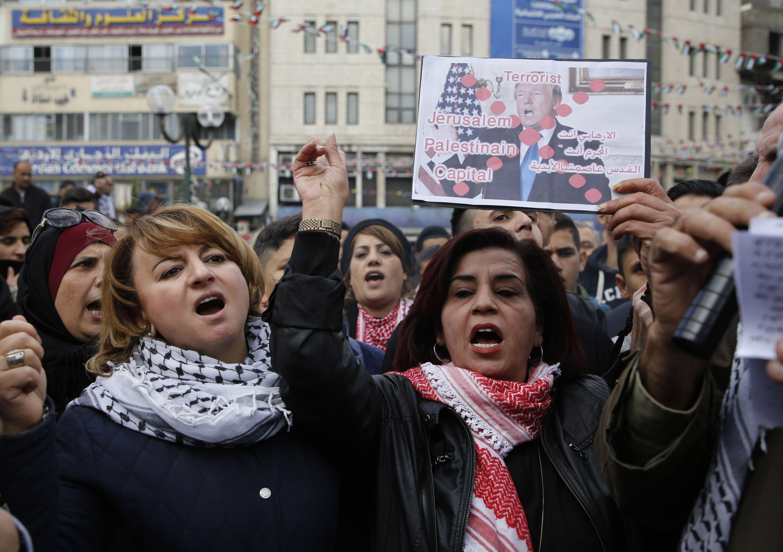 سيدات فلسطين يخرجون فى مسيرات منددة
