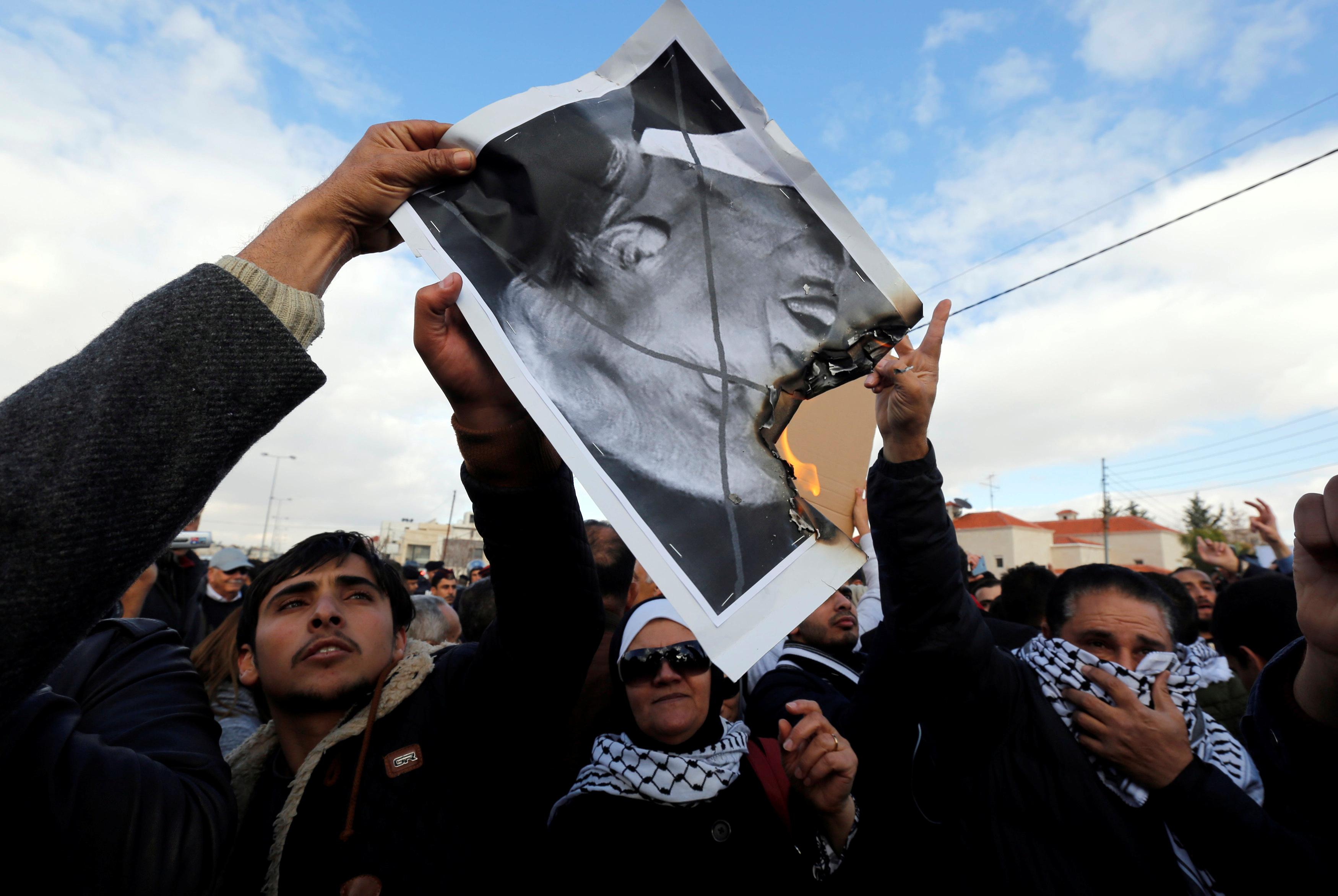 متظاهرون يمزقون صورة ترامب فى الأردن