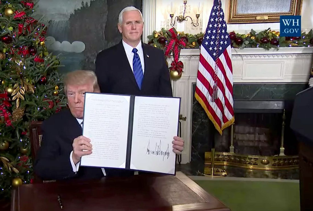 ترامب بعد توقيعه على قرار الاعتراف بالقدس عاصمة لإسرائيل
