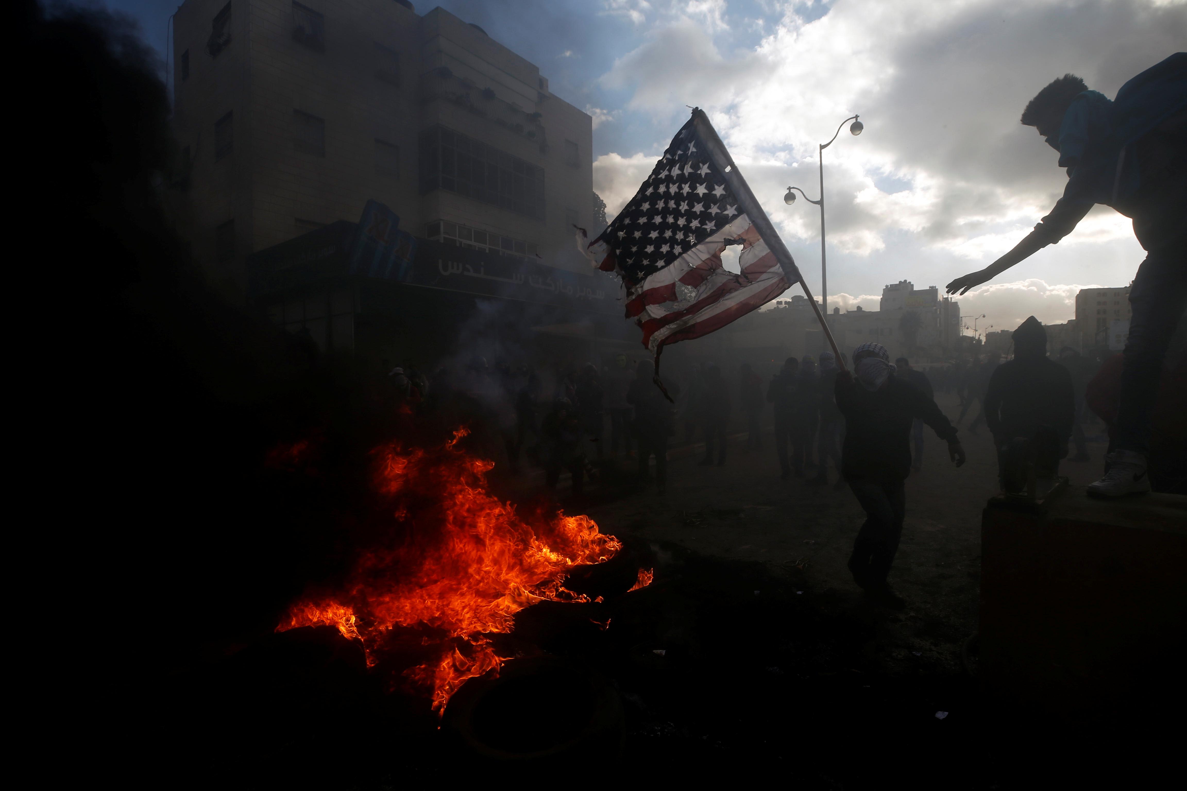 الشباب الفلسطينى يتحدى اسلحة الاحتلال ويخرج فى مسيرات منددة