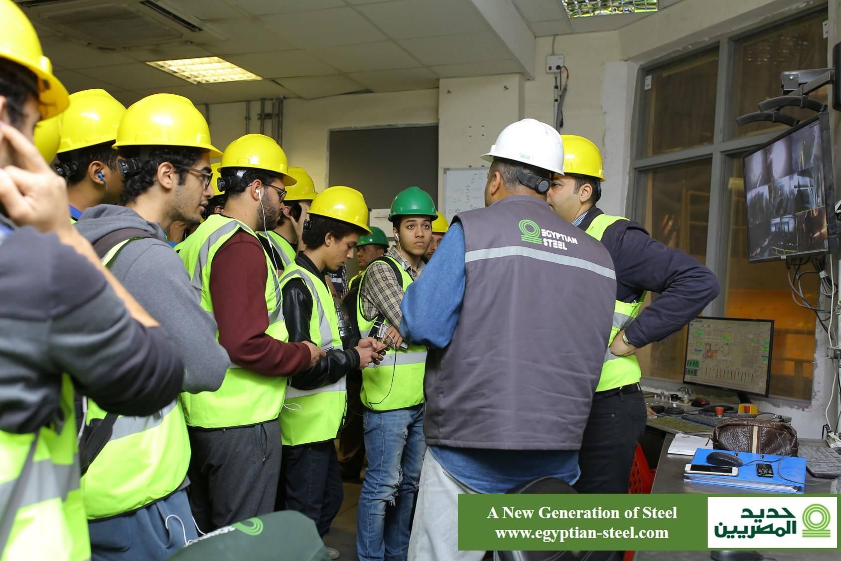 الطلاب داخل المصنع