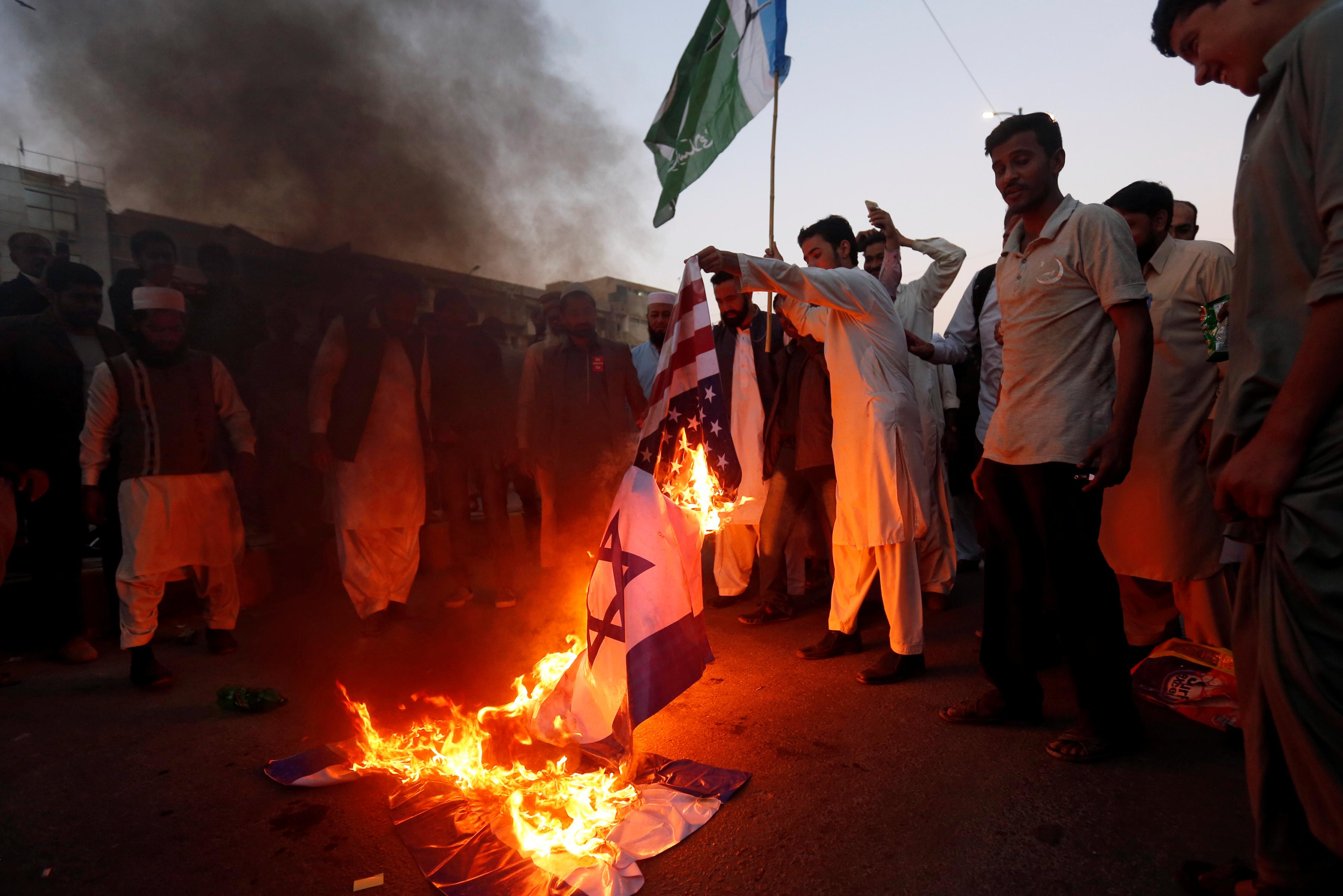 متظاهرون يحرقون العلم الإسرائيلى فى باكستان