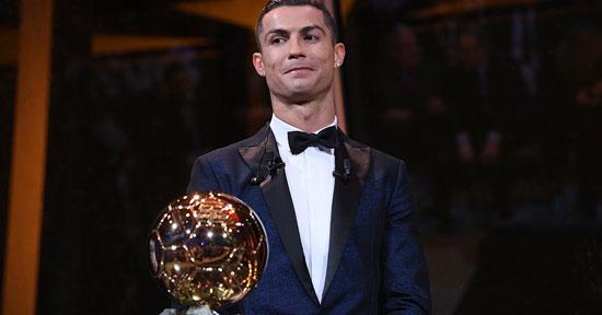 رونالدو مع الكرة الذهبية الخامسة