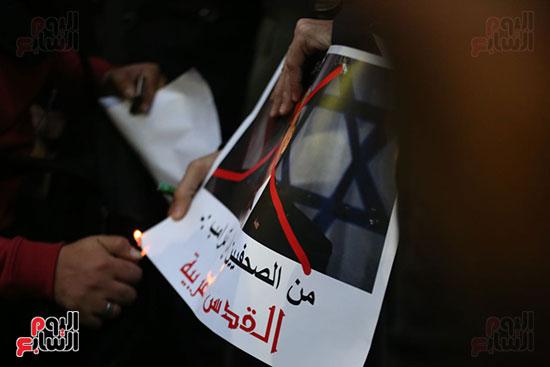 صور الصحفيون يحرقون علم إسرائيل خلال وقفة احتجاجية (13)