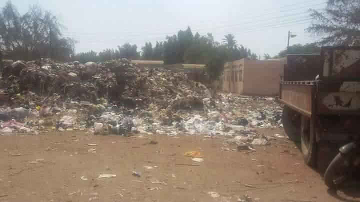 أكوام القمامة بجوار المقابر