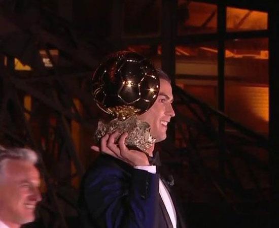 رونالدو يحمل الكرة الذهبية