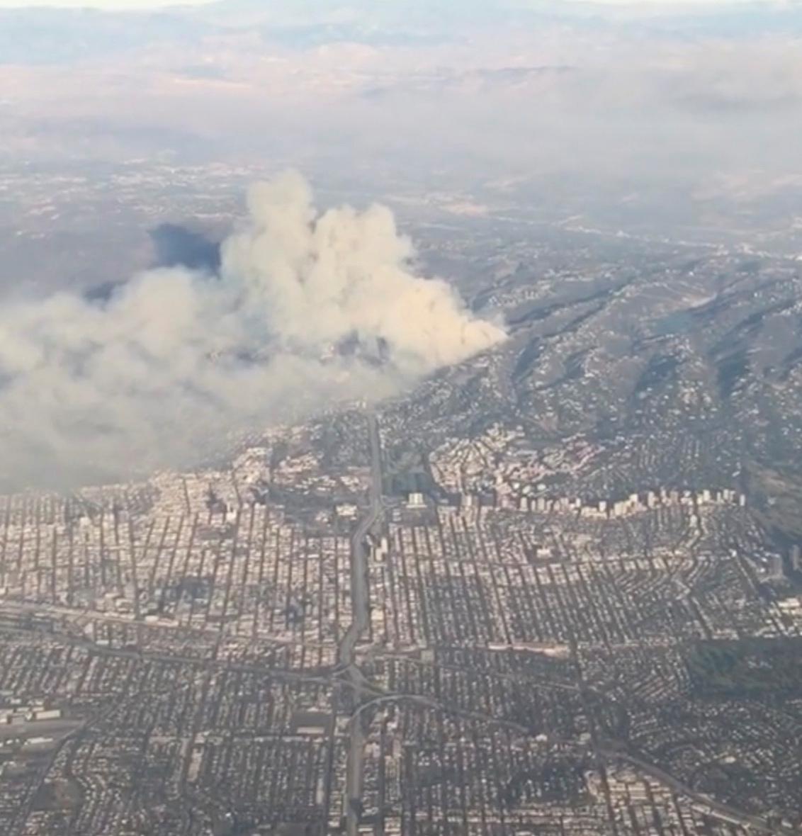 دخان ينبعث بسبب حرائق كاليفورنيا