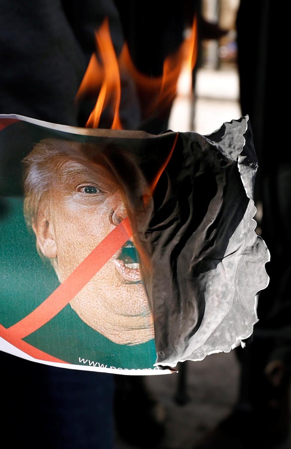 اشعال النار فى صور ترامب