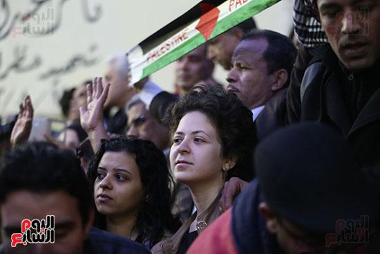 صور الصحفيون يحرقون علم إسرائيل خلال وقفة احتجاجية (10)