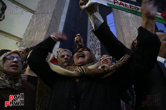 صور الصحفيون يحرقون علم إسرائيل خلال وقفة احتجاجية (12)