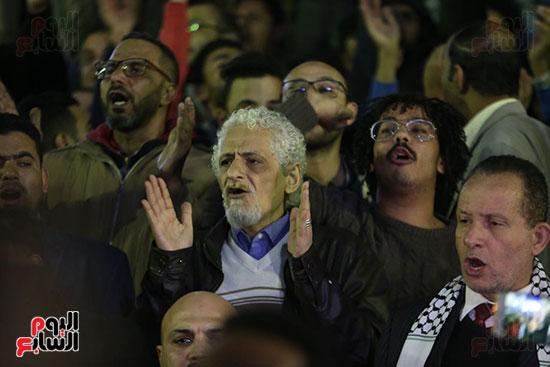 صور الصحفيون يحرقون علم إسرائيل خلال وقفة احتجاجية (2)