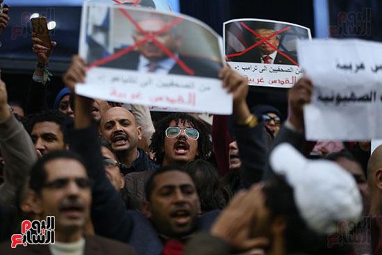 صور الصحفيون يحرقون علم إسرائيل خلال وقفة احتجاجية (28)