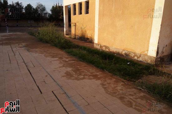 أساسات الأسوار مشبعة بمياه الصرف