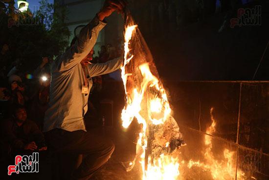 صور الصحفيون يحرقون علم إسرائيل خلال وقفة احتجاجية (8)