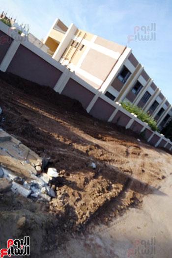 أثار تسرب المياه على الأسوار المجاورة للمدرسة