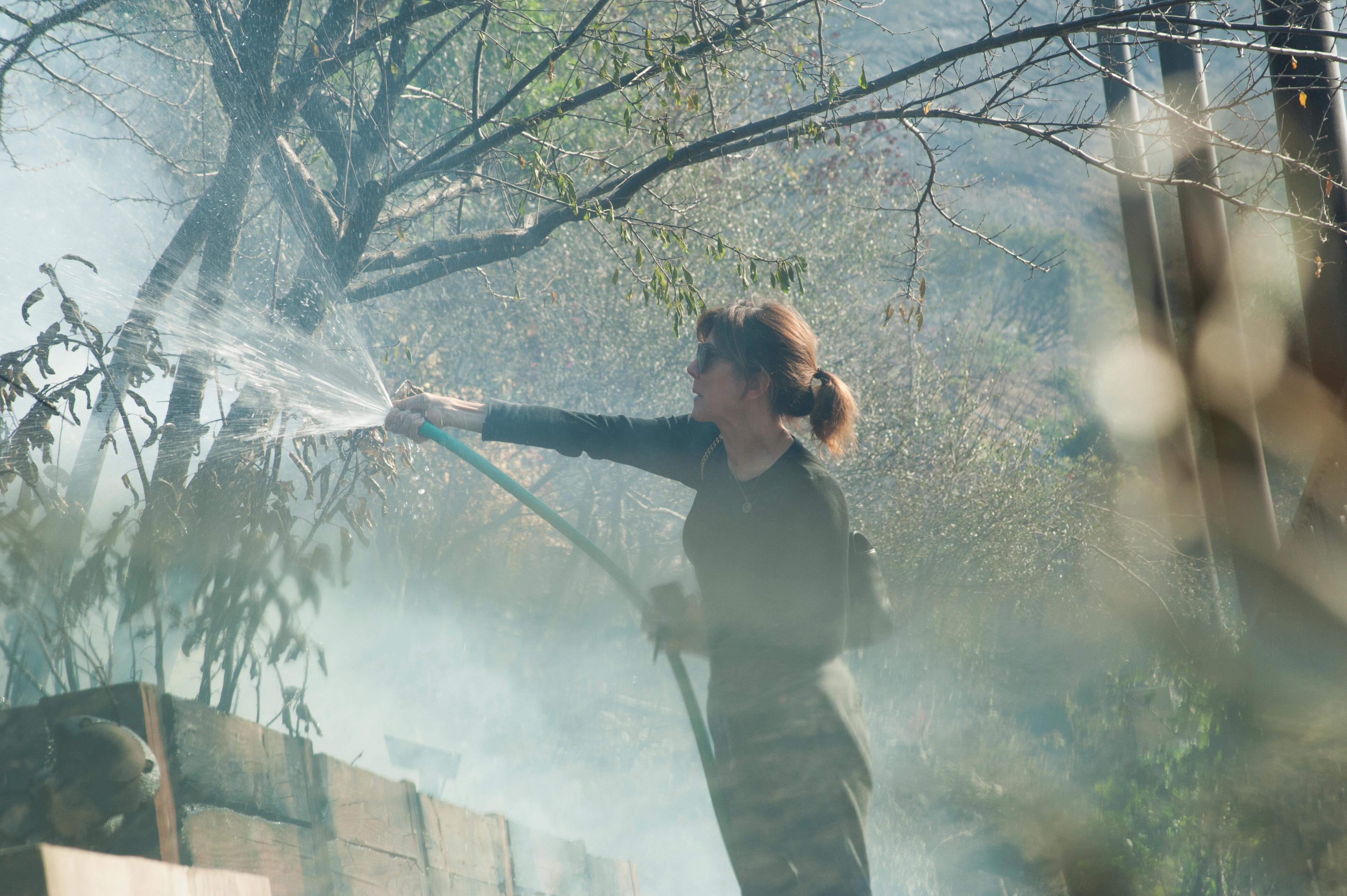 سيدة تحاول إطفاء حريق