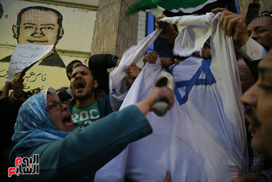 صور الصحفيون يحرقون علم إسرائيل خلال وقفة احتجاجية (20)