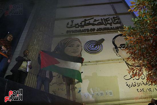 صور الصحفيون يحرقون علم إسرائيل خلال وقفة احتجاجية (7)